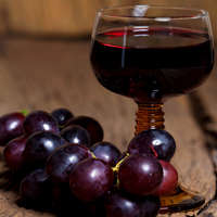 Wir empfehlen Ihnen leckeren Rotwein mit geringer Säure: NAVINUM